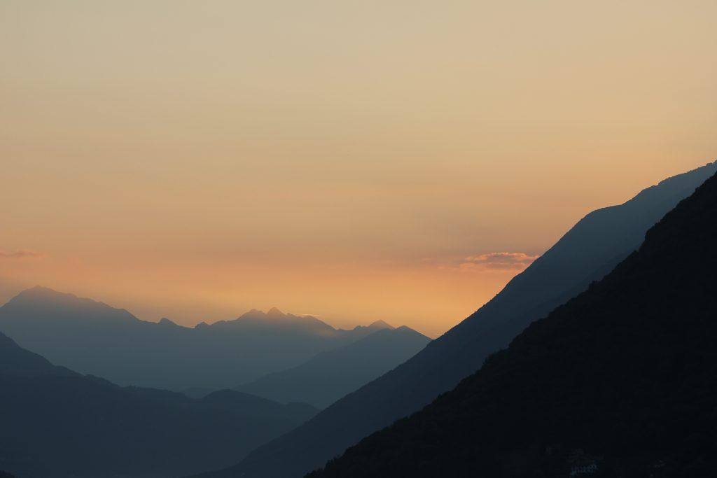 Bergrücken im Morgengrauen, Gandria (2018)